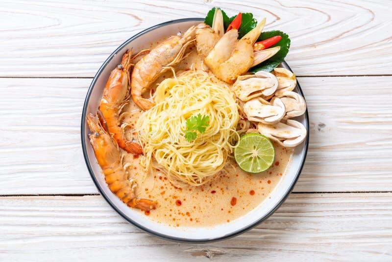 w?rzige Garnelenspaghettiteigwaren (Tom Yum Goong lizenzfreie stockfotos