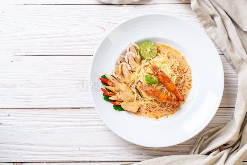 w?rzige Garnelenspaghettiteigwaren (Tom Yum Goong stockfotos