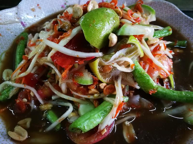 W?rzige Papaya mit schwarzer Krabbe Thailand nannte Landwirtkrabbe und frische Garnele lizenzfreies stockbild