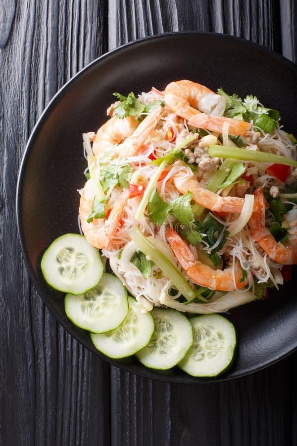 W?rziger Yum Woon Sen-Salat mit Garnelen, Schweinefleisch und Gem?senahaufnahme auf dem Tisch Vertikale Draufsicht stockfotografie