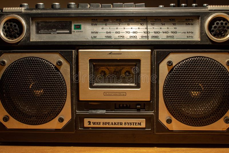 W 80s i 70's muzyka słuchał kasety przez, magnesowy urządzenie pamięciowe Radia byli bardzo wielcy obrazy royalty free