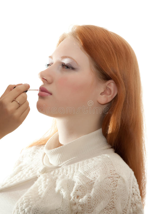 W salonu makeup młoda miedzianowłosa dziewczyna obraz royalty free