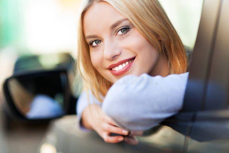 W samochodzie młodej kobiety obsiadanie zdjęcie stock