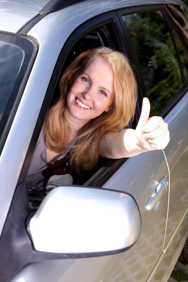 W samochodzie szczęśliwa dziewczyna obrazy royalty free