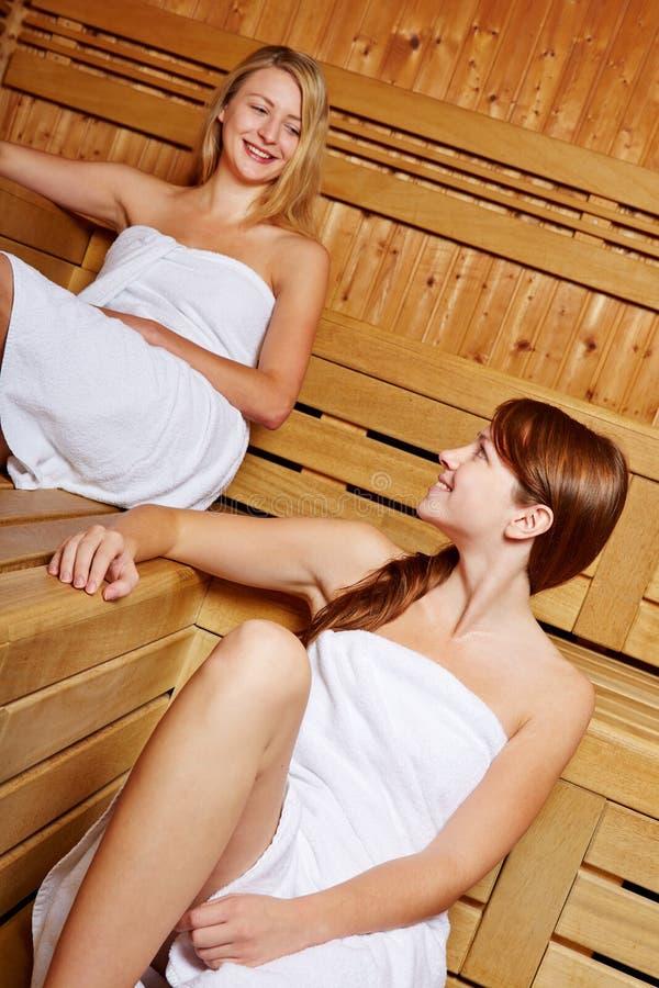 W sauna uśmiechnięte kobiety zdjęcie stock