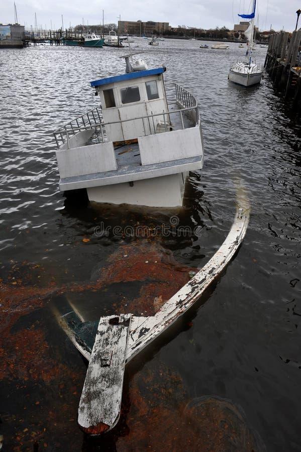 W Sheepsheadbay kanale tonąca łódź zdjęcie royalty free