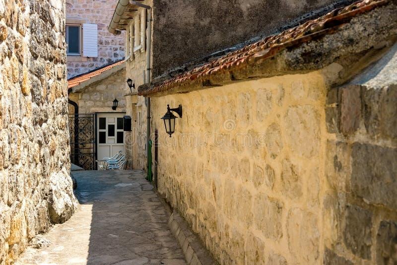 W?ska ulica autentyczny stary miasteczko Perast, Montenegro obrazy stock