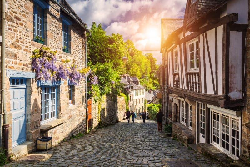 W?ska ulica z starymi tradycyjnymi domami w histoical cz??ci Dinan, Brittany Bretagne, Francja fotografia royalty free