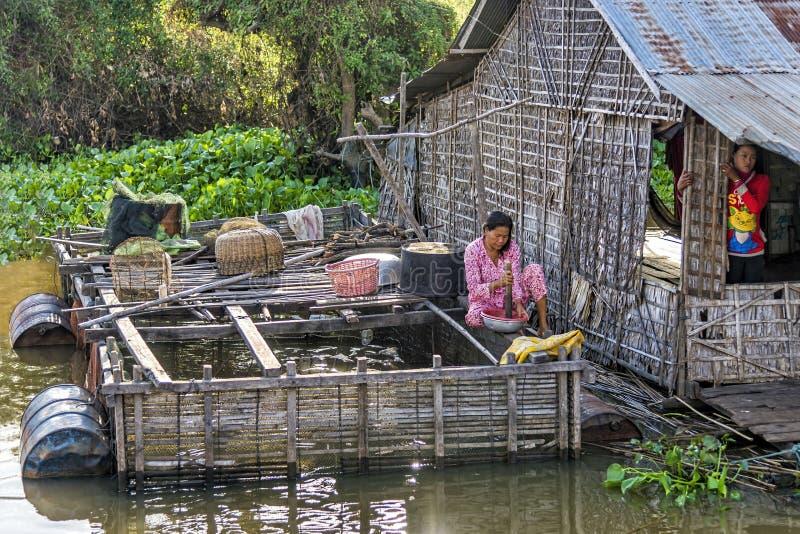 W spławowej wiosce na Tonle Aprosza jeziorze, Kambodża zdjęcia stock