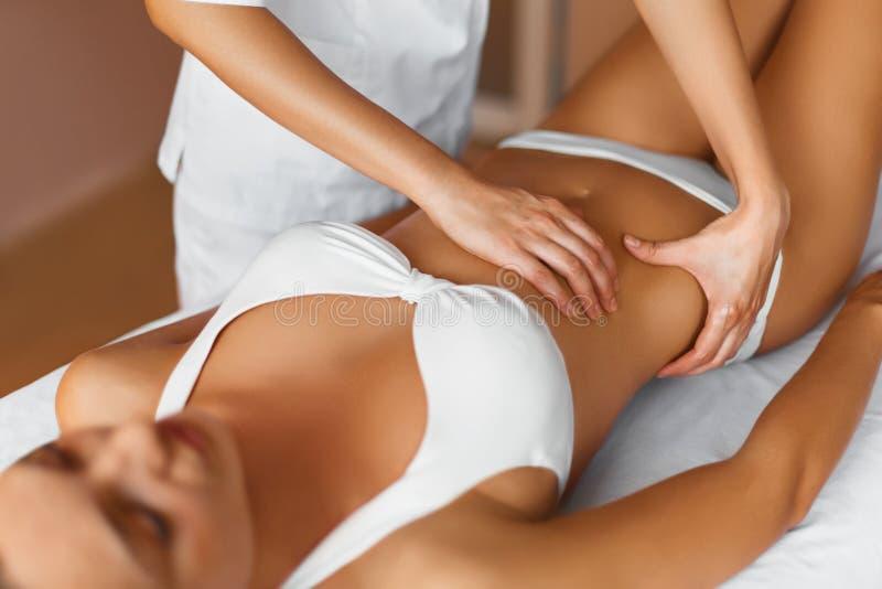w spa ciało opieki zdrowia spa nożna kobieta wody Masażysta robi masażowi na kobiety ciele ja fotografia stock