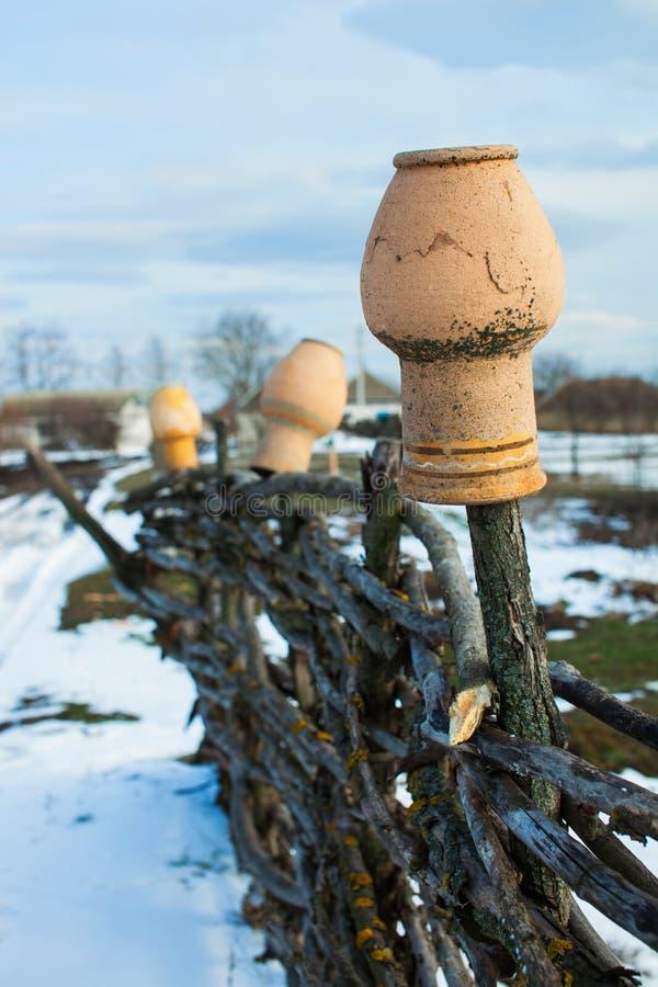 W starych łozinowych płotowych wiszących miotaczach rural z gospodarstw rolnych fotografia stock