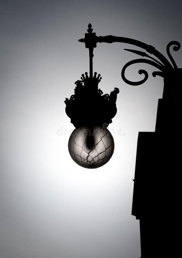 W starym stylu czarny i biały latarnia uliczna. zdjęcie stock