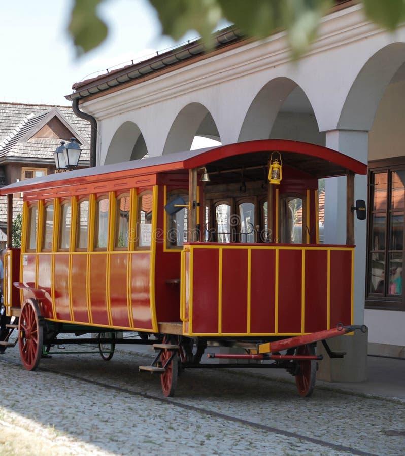 W starym stylu czerwony pojazd zdjęcia royalty free