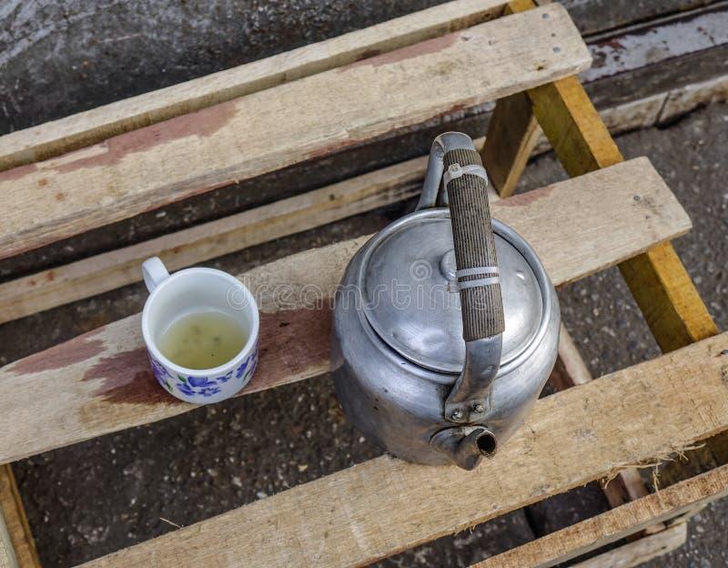 W starym stylu herbaciany garnek z filiżanką obraz royalty free