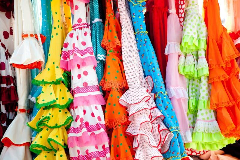 W stojaku kolorowe cygańskie suknie wieszali w Hiszpania obraz royalty free