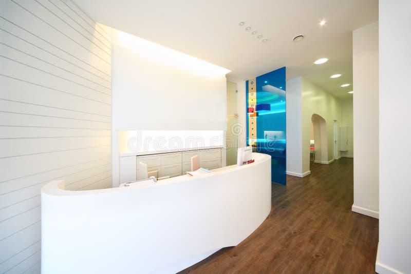 W stomatologicznej klinice zaświecający recepcyjny teren. zdjęcia royalty free