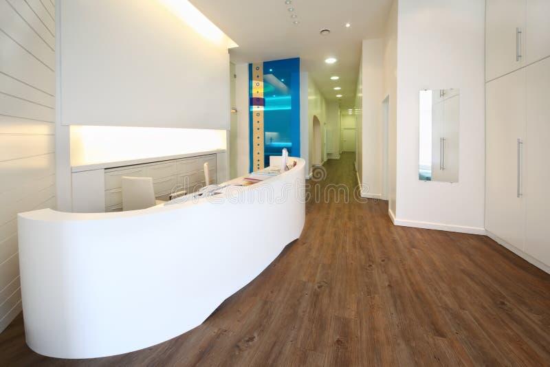 W stomatologicznej klinice zaświecający recepcyjny teren. zdjęcie royalty free