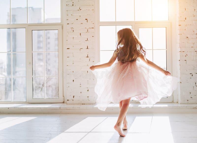W sukni śliczna mała dziewczynka obrazy stock