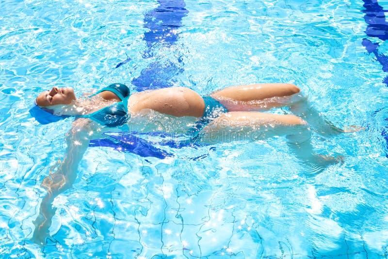 W swimmingpool piękny zrelaksowany kobieta w ciąży zdjęcie royalty free