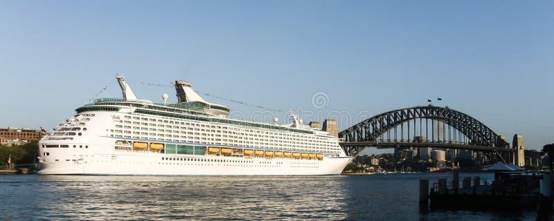 W Sydney gigantyczny statek wycieczkowy, Australia. obraz royalty free