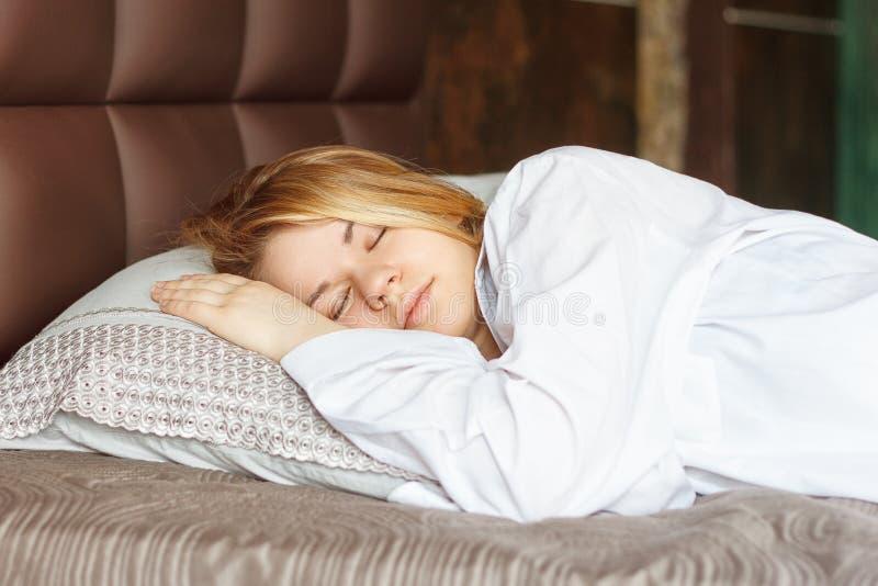 W sypialni dziewczyna piękni sen fotografia stock
