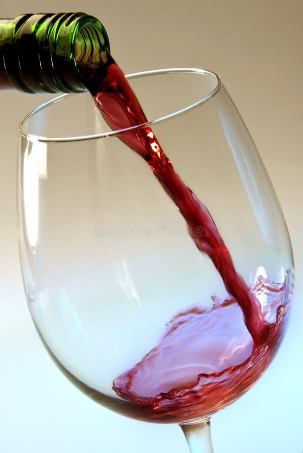 W szkło dolewania czerwone wino fotografia stock