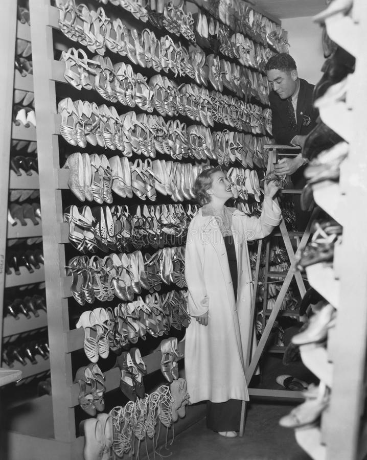 W ten sposób wiele butów w ten sposób mały czas (Wszystkie persons przedstawiający no są długiego utrzymania i żadny nieruchomość zdjęcie stock