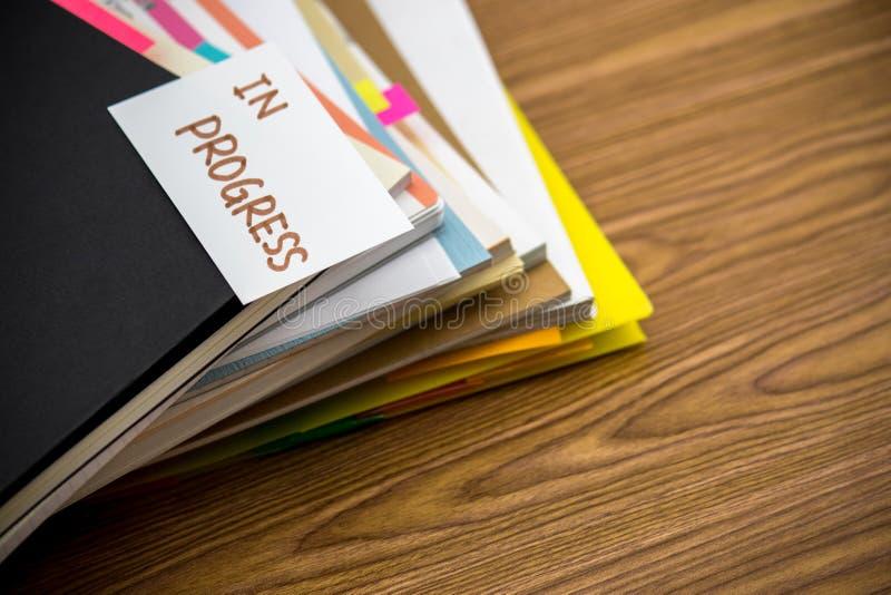 W Toku; Stos Biznesowi dokumenty na biurku obraz royalty free