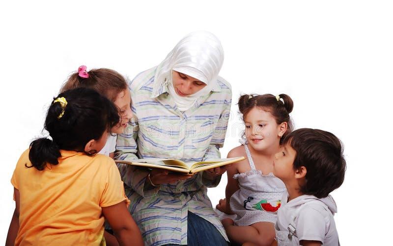w tradycyjnym młoda muzułmańska kobieta odziewa w edu zdjęcia royalty free