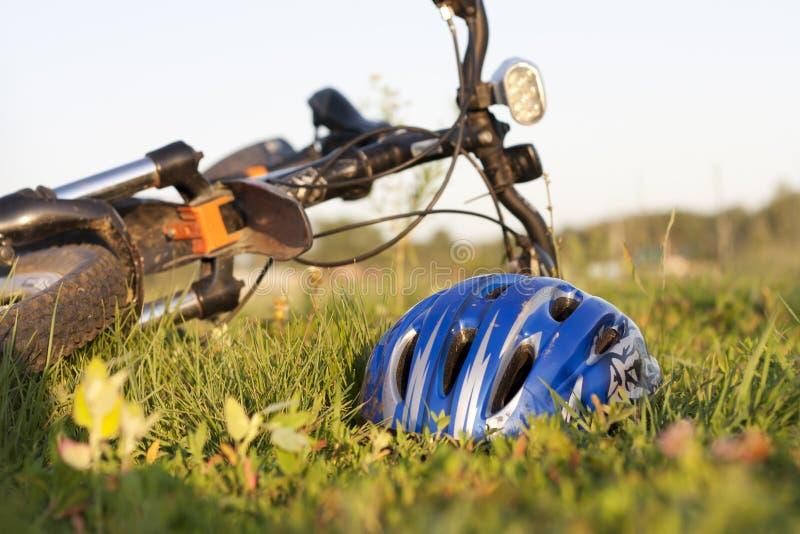W trawie rowerowy hełm fotografia stock