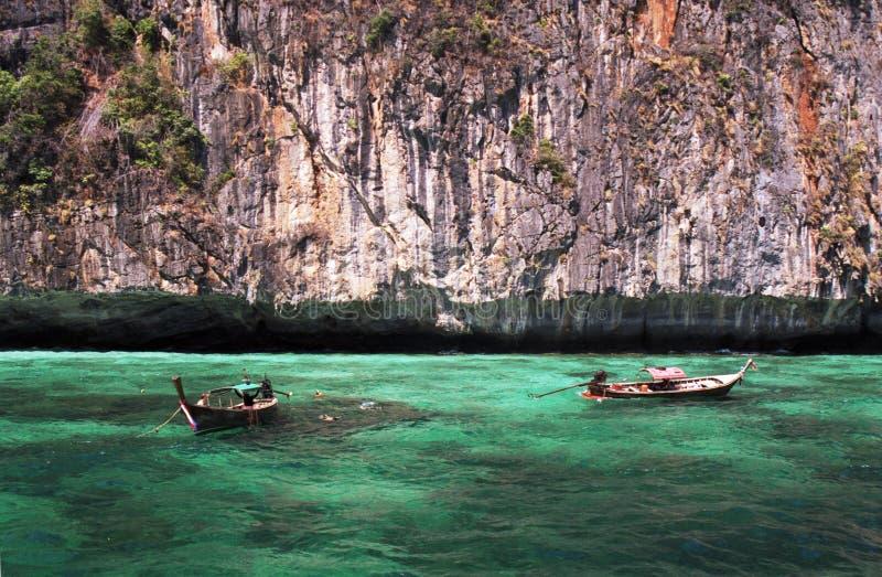 W turkusowych wodach Longtail łodzie zdjęcie stock