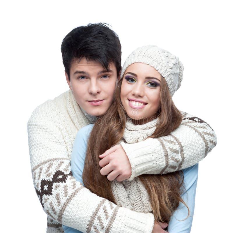 W ubraniowym zima obejmowaniu młoda uśmiechnięta para obraz stock