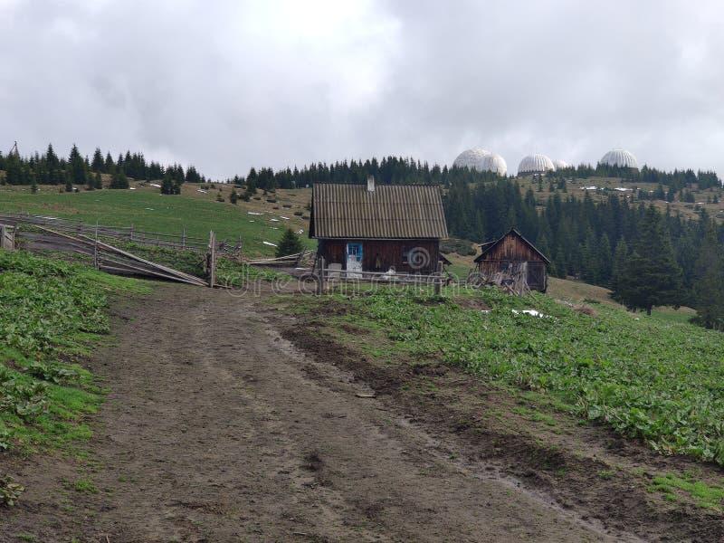 w Ukraińskim Carpathians domu dla turystów i bac zdjęcie royalty free