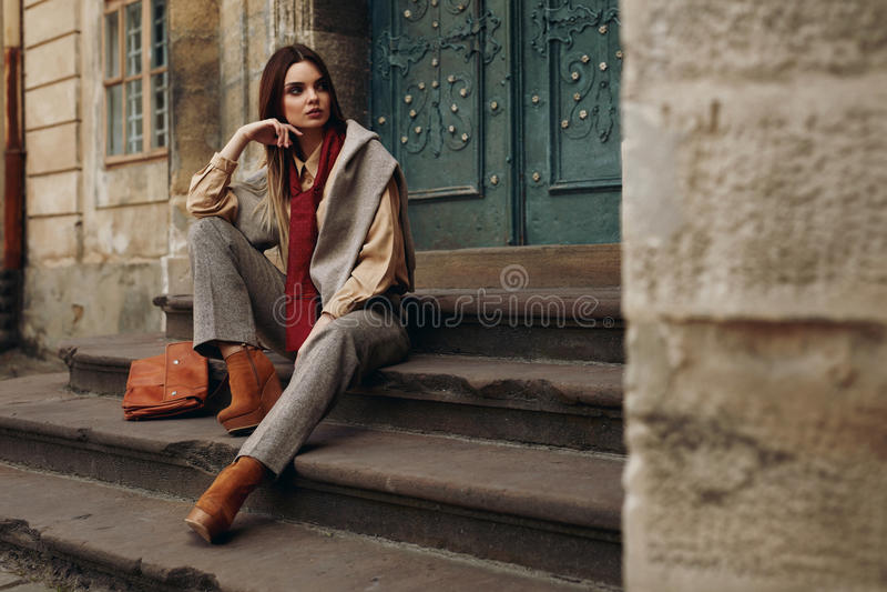 W Ulicie moda Model Piękna kobieta w modnych ubraniach obraz stock