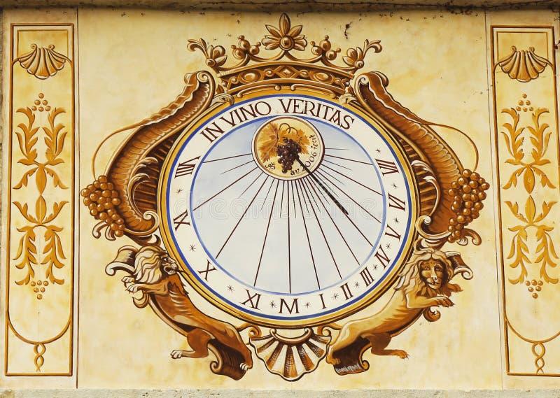 W Vino Veritas Sundial zegarze w Górskiej chacie De Pommard w Burgundy, Francja zdjęcie royalty free