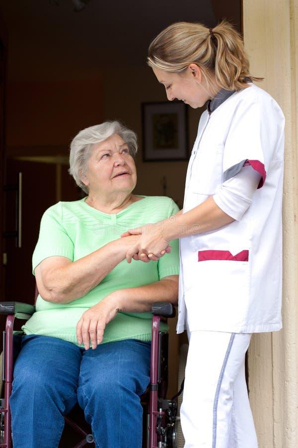 W wózek inwalidzki pielęgniarka i seniora pacjent obraz stock