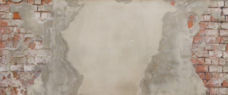 W winnicach w autumnOld, stronniczo niedawno gipsujący ściana z cegieł zdjęcie stock