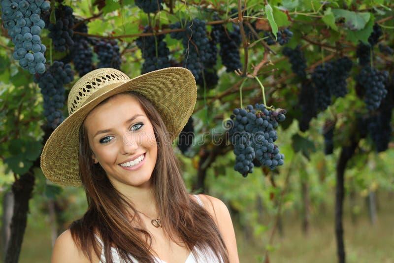 W winnicy niebieskie oko uśmiechnięta dziewczyna zdjęcie stock