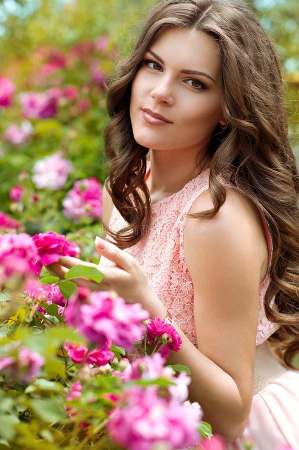 W wiosna ogródzie piękna kobieta obrazy stock