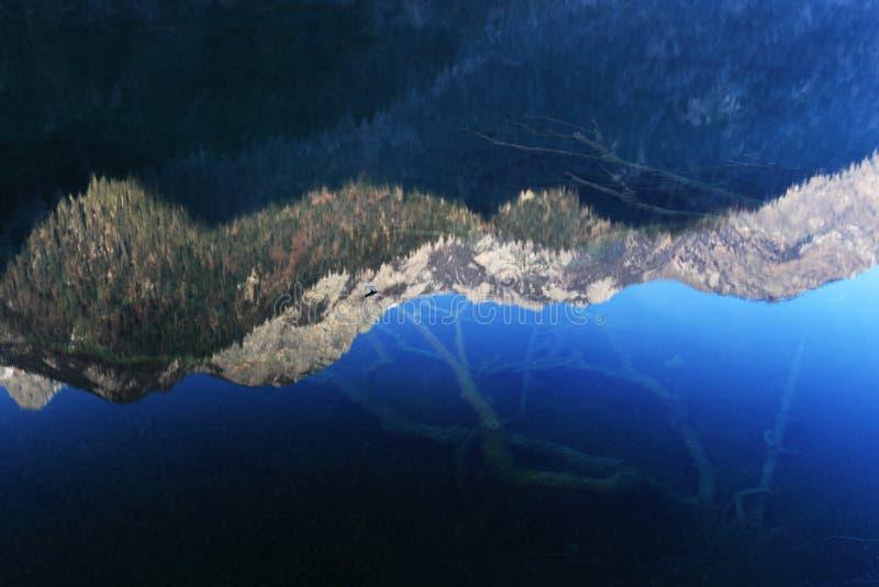 W wodzie Jiuzhaigou's odbicie fotografia stock