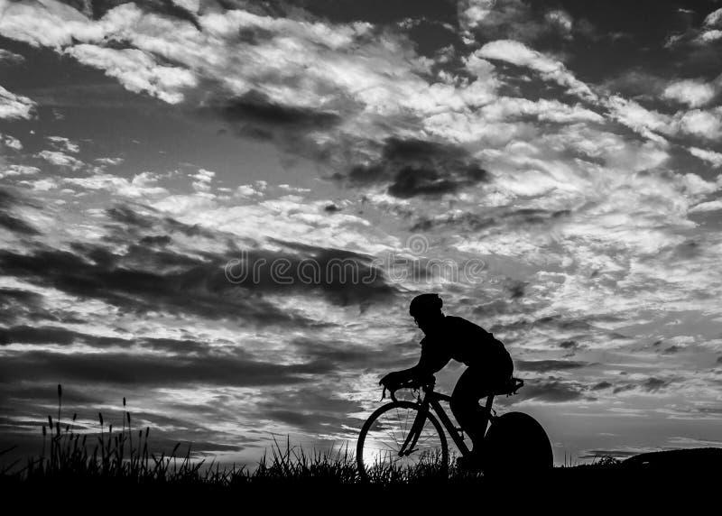 W wschód słońca Triathlet kolarstwo zdjęcia royalty free