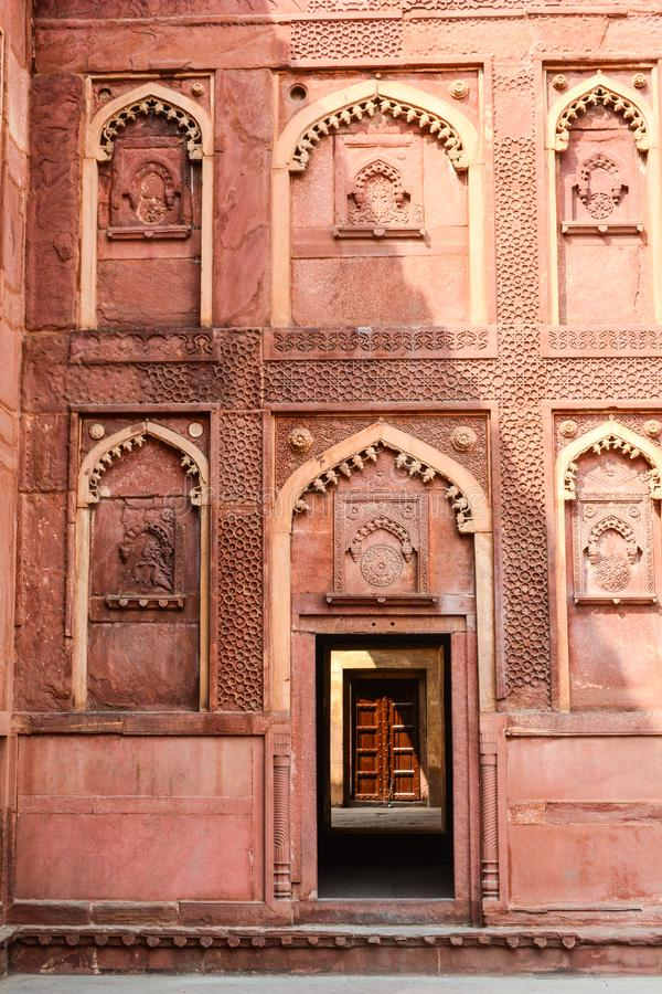 W zawiły sposób cyzelowania dekorują Agra fort w Agra, India fotografia royalty free
