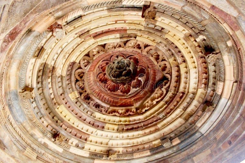 W zawiły sposób i ozdobne kopuły tworzą sufit przy Quwwat islamu meczetem, Qutb kompleks, Delhi zdjęcia royalty free