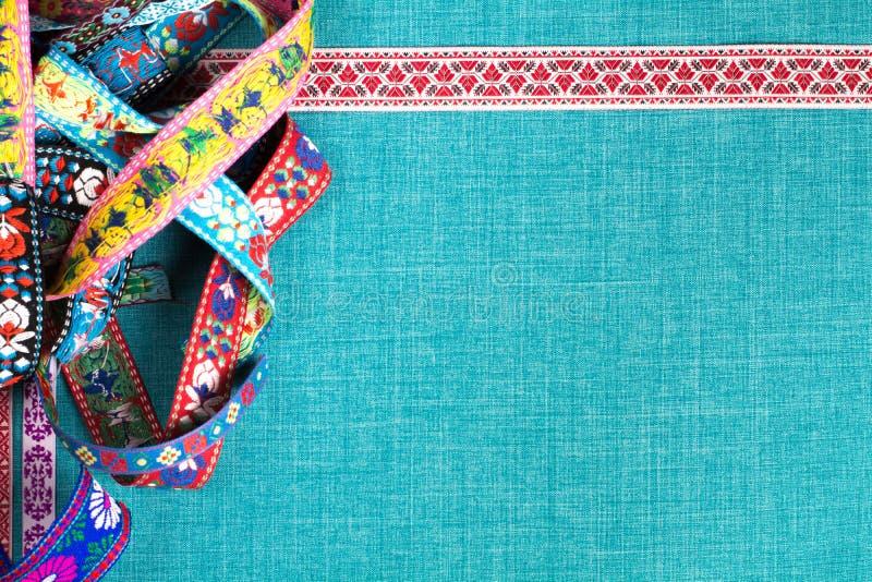 W zawiły sposób ornamenty na tkaniny tle z pustą przestrzenią i faborek obraz stock
