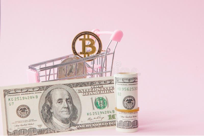 W?zek na zakupy z bitcoin monet? i dolary na r??owym tle z kopii przestrzeni? obraz stock