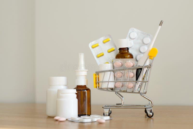 W?zek na zakupy zabawka z medicaments: pigu?ki, b?bel paczki, medyczne butelki, termometru set zdjęcie royalty free