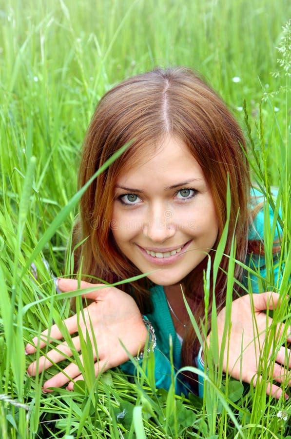 W zielonej trawie piękna dziewczyna zdjęcia royalty free