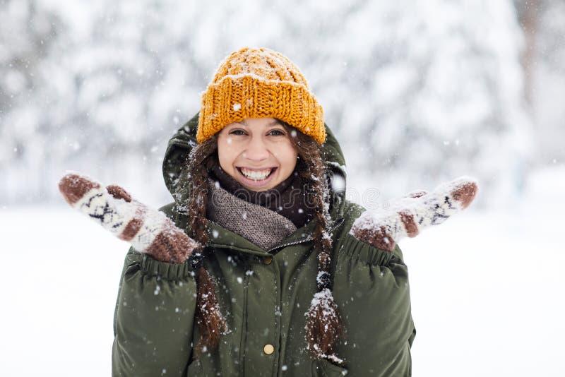 W zima szczęśliwa młoda kobieta zdjęcie stock