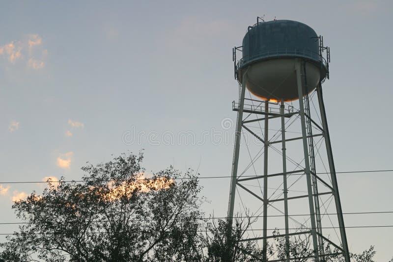 Waßerturm am Sonnenuntergang stockbilder