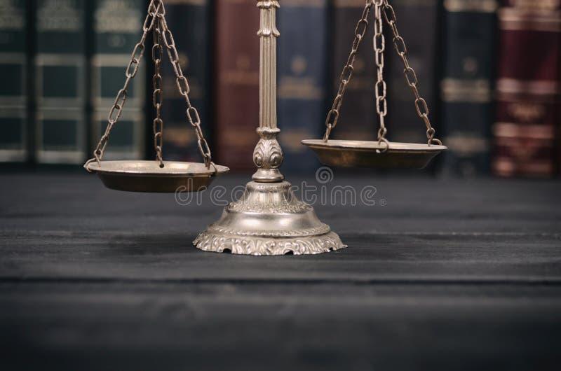 Waży sprawiedliwość na czarnym drewnianym tle fotografia royalty free